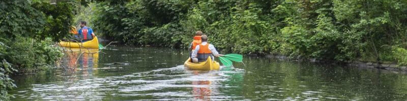 Kayaks aan de nieuwe lus aan de Franse Vaart
